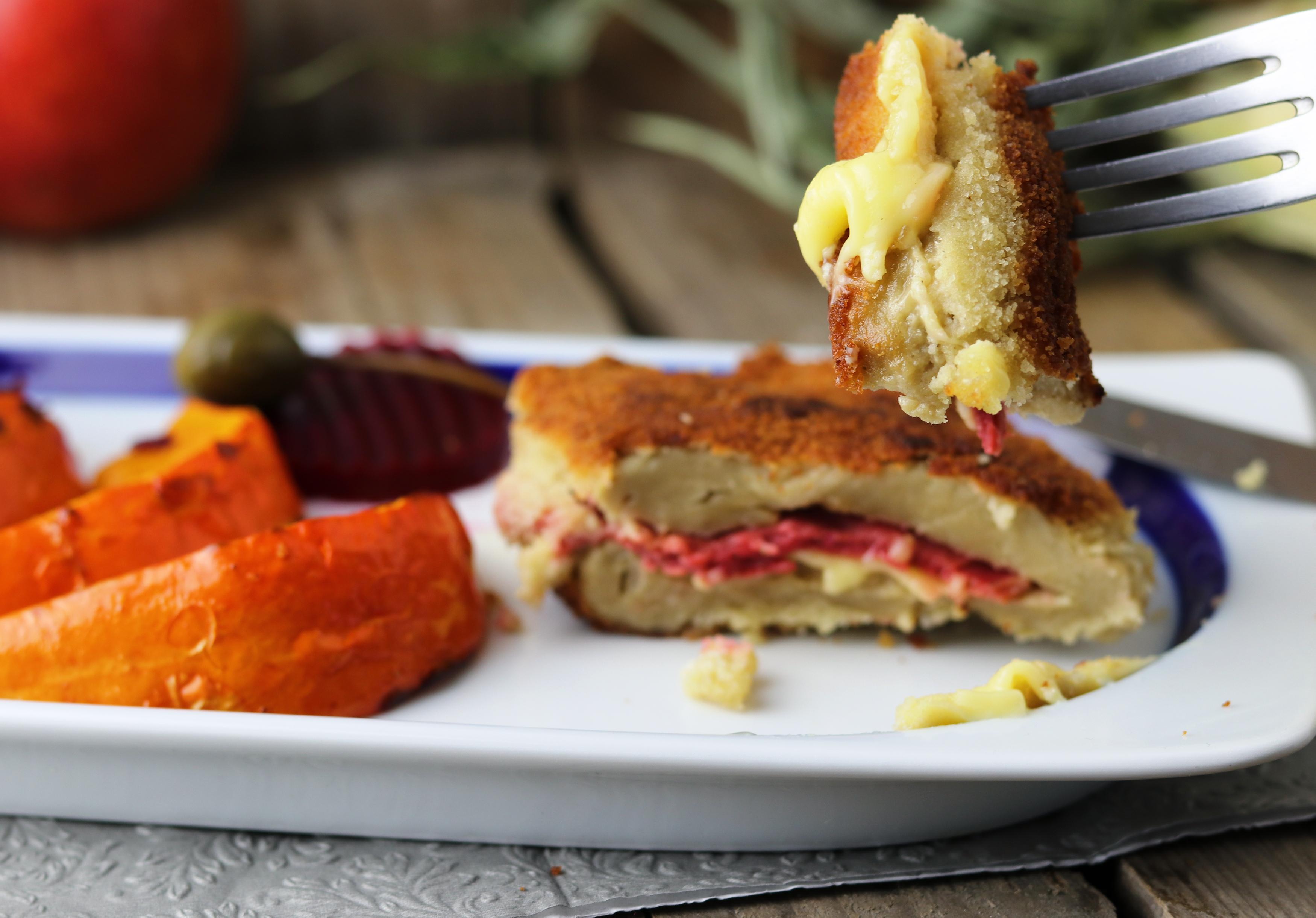 Mit veganem Käse und Schinken