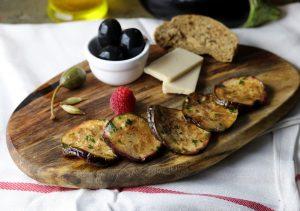 Eingelegte Auberginen, mit Olivenöl und Kräutern