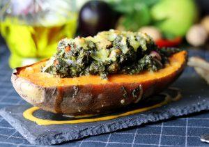 Gefüllte, gebackene Süßkartoffel mit veganem Hühnchen und Spinat