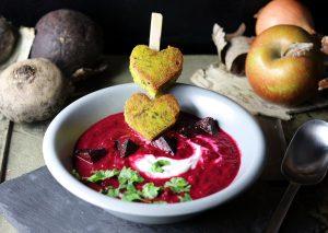 Rote Beete Apfel Suppe mit heller Creme, Koriander und grünen Polentaherzen