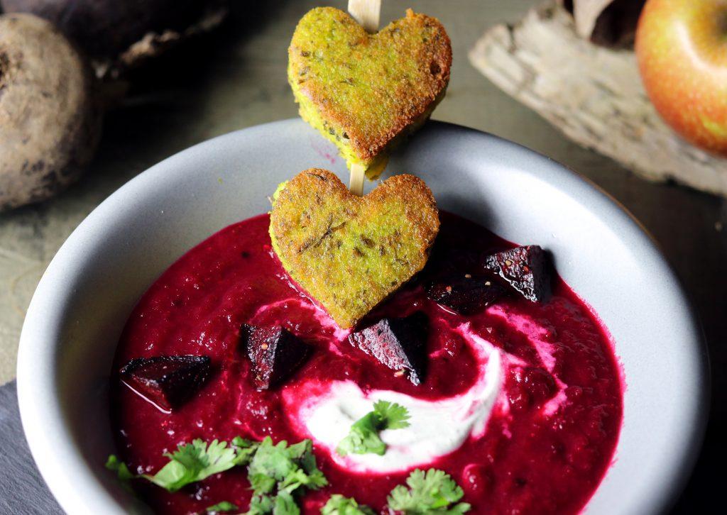 rote beete apfel suppe mit heller creme koriander und gr nen polentaherzen daily vegan. Black Bedroom Furniture Sets. Home Design Ideas