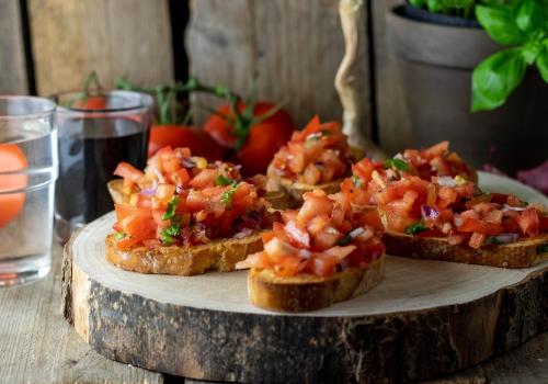 Mit reifen Tomaten und Zwiebel