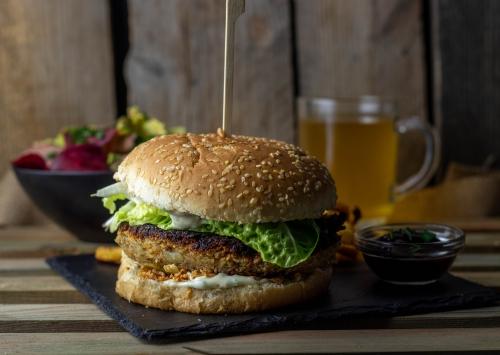 Vegeburger mit Creamy Mustard Dressing