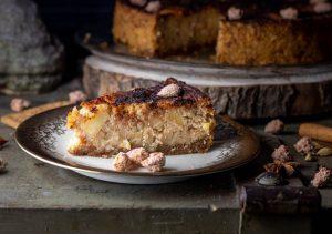 Winterlicher Gebrannte Mandeln Grießkuchen mit Zimtäpfeln auf Spekulatiusboden