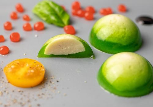 Mozzarella im Basilikummantel