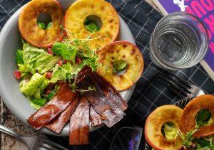 Bunter, gemischter Salat mit karamellisierten Äpfeln und veganem Schinken