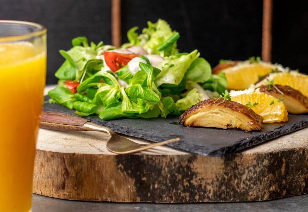 Salat mit veganer Entenbrust
