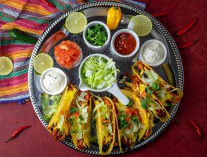 Überbackene Jackfruit-Chicken-Tacos mit schwarzen Bohnen