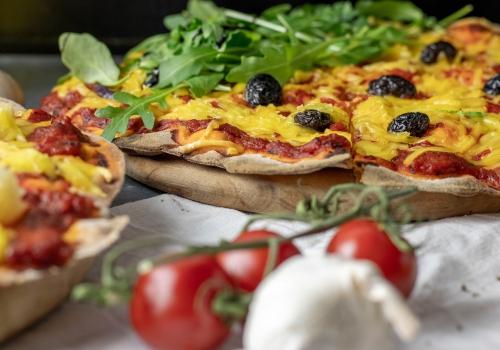 Mit Oliven, Rucola und Tomate