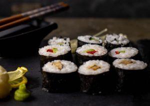 Maki Sushi mit drei Füllungen, selbst gemacht