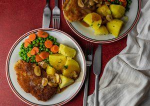 Schnitzel mit Kartoffeln, Sauce, Erbsen und Möhrchen