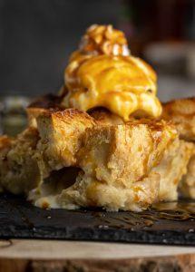 Bread Pudding mit Karamell Sauce