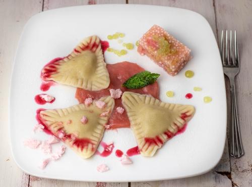 Süße Cashewkäsekuchen Ravioli auf Rhabarbersauce