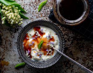 Lecker zu veganem Joghurt und Müsli