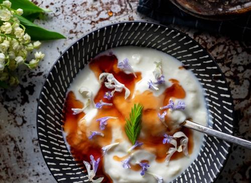 Mit essbaren Blüten in Joghurt