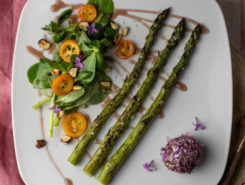 Knackiger grüner Spargel aus dem Ofen