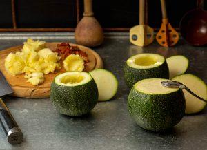 Auslöffeln der Zucchini