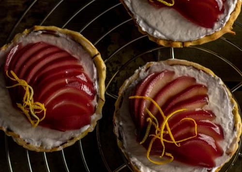 Feine Tartelettes mit pochierten Birnen