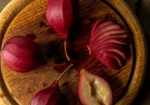 Aufschneiden der pochierten Birnen