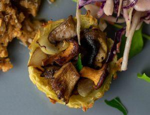 Verschiedene Pilze im Kartoffelnest
