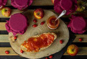 Hagebutten und Äpfel