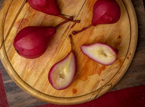 Frisch pochierte Birnen