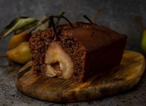 Rotweinkuchen mit pochierten Birnen