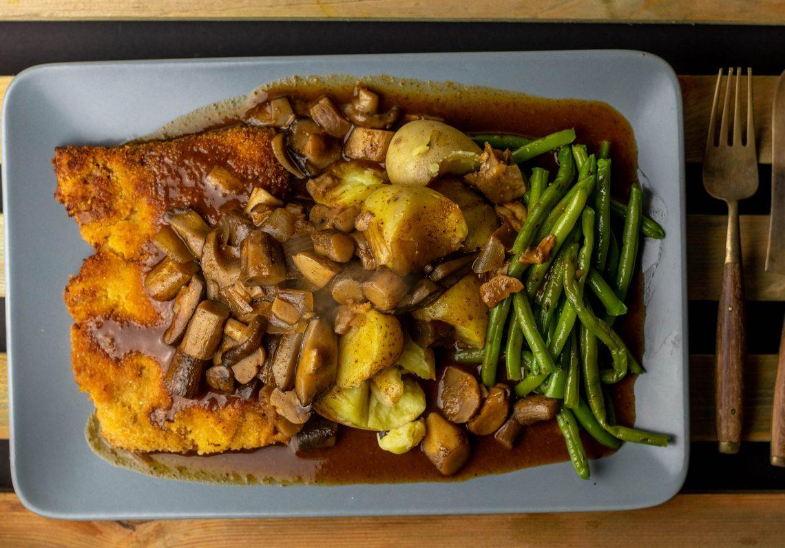Pilz-Maronen-Ragout auf Schnitzel, Pellkartoffeln und Bohnen