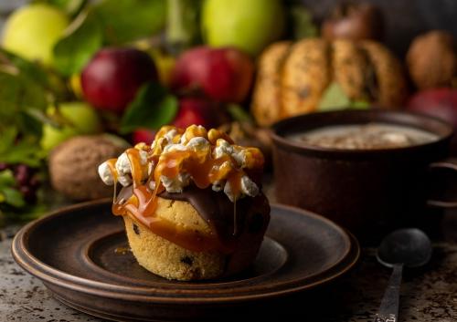 Versunkene Apfelmuffins mit Popcorn und Karamellsauce
