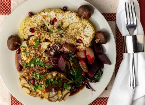 Blumenkohlsteaks, Laugenknödel, Maronenparmesan, Beete-Mangold-Gemüse