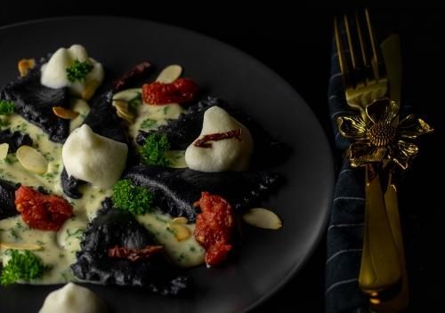 Schwarze, vegane Ravioli, lecker gefüllt