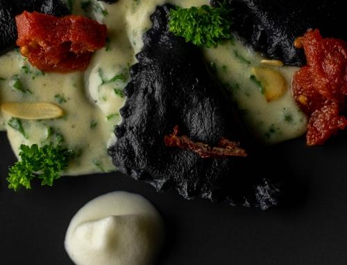 Schwarze, vegane Ravioli