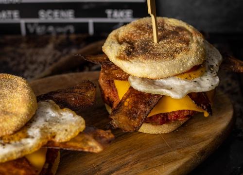 Mit veganem Ei, Speck und Käse