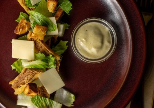 Cesar Salad mit Croutons und Parmesan