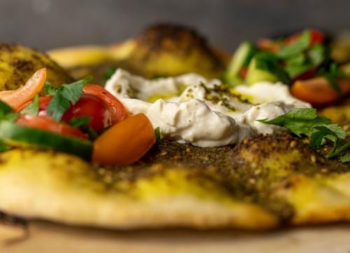 Selbstgemachter, veganer Labneh Käse mit Olivenöl und Zatar