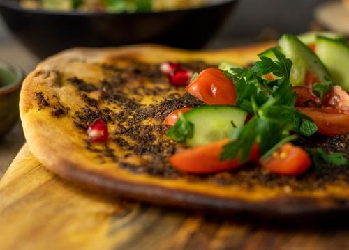 Köstlich mit Gurke, Tomate, Minze und Petersilie