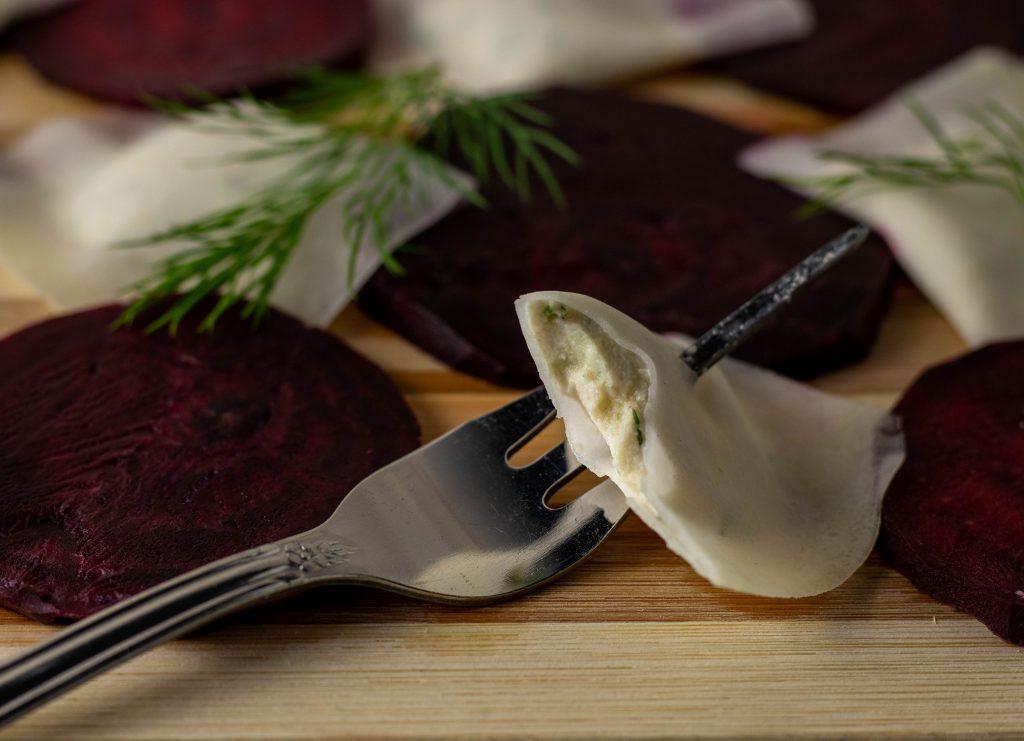 Fermentierte Rote Beete an Kohlrabi Ravioli mit Dill-Frischkäse