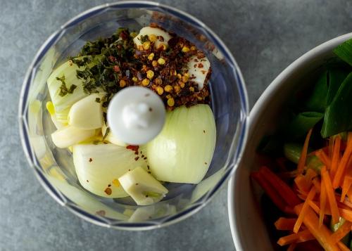 Würzpaste für das Kimchi zubereiten
