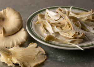 Austernseitlinge zum Anbraten zerrupfen