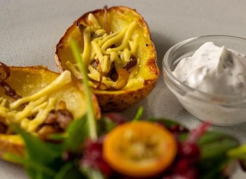 Gebackene, gefüllte Kartoffelschalen, kross aus dem Ofen