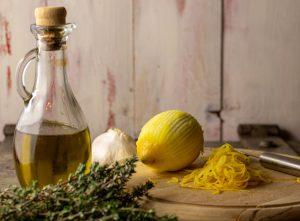 Vorbereiten des Zitronen-Olivenöls