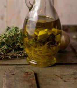 Zitronen-Olivenöl mit Thymian und Knoblauch