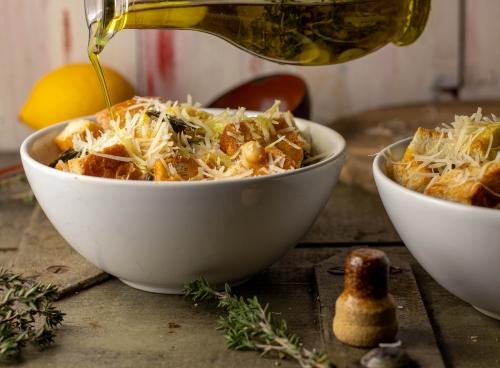 Mit geriebenem Käse und Zitronen-Olivenöl