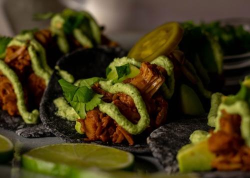 Tortillas gefärbt mit gesunder Aktivkohle