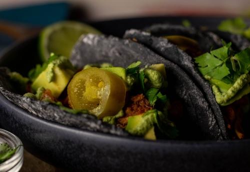 Köstlich gefüllte schwarze Taco Shells