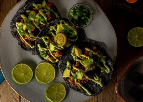 Schmackhaft auf selbstgebackenen Tortillafladen