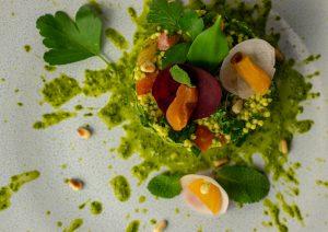 Mit den Kräutern des Salats garniert