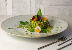 Grüner Goldhirsesalat mit frisch geerntetem Bärlauch