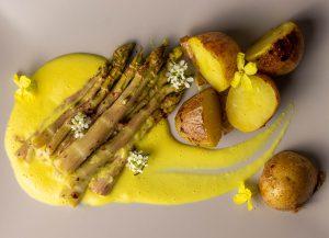 Auf cremiger, veganer Sauce Béarnaise