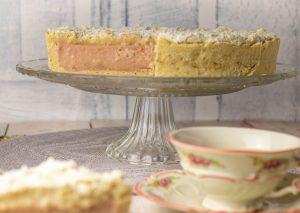Rhabarberkuchen mit luftiger, knuspriger Mandelhaube